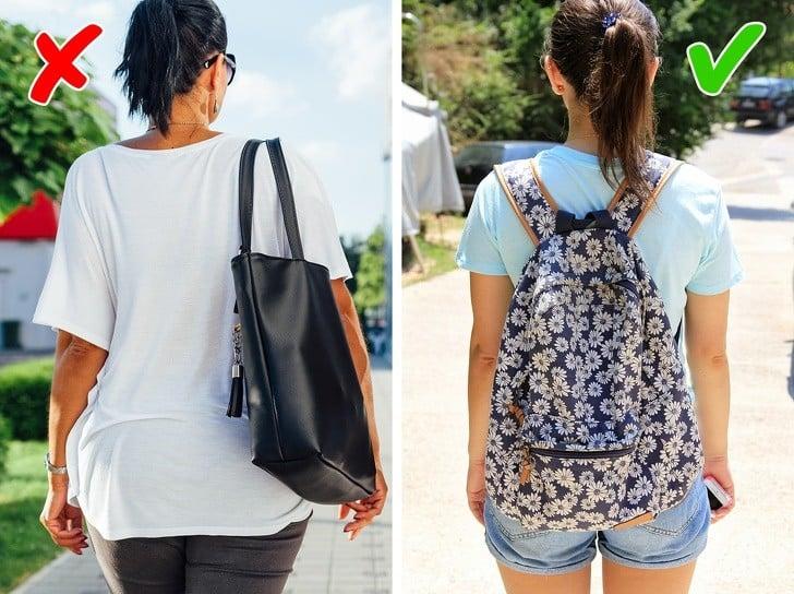 sırt çantası takan kadın ve el çantası kullanan kadın