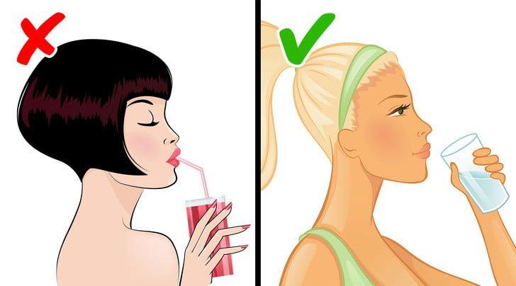 ekerli su içen kadın ve meyve suyu içen kadın