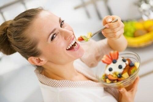 keyifle yemek yiyen kadın
