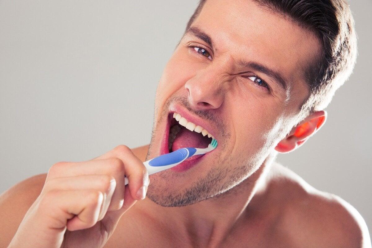 diş fırçalayan adam