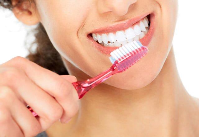 diş fırçalayan kadın