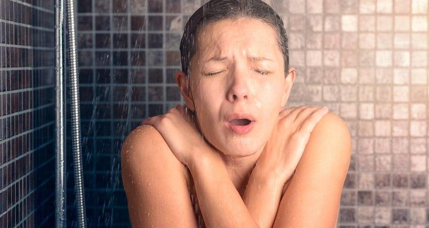 soğuk duş alan kişi