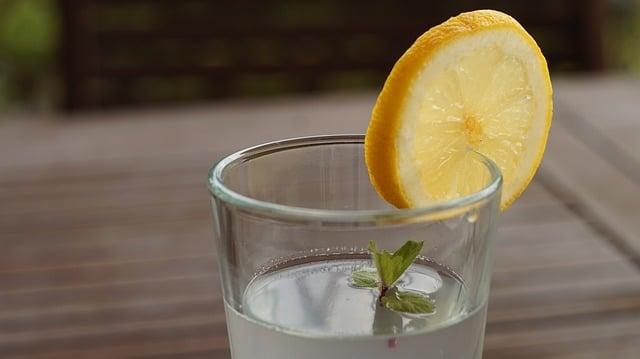 apă cu suc de lămâie