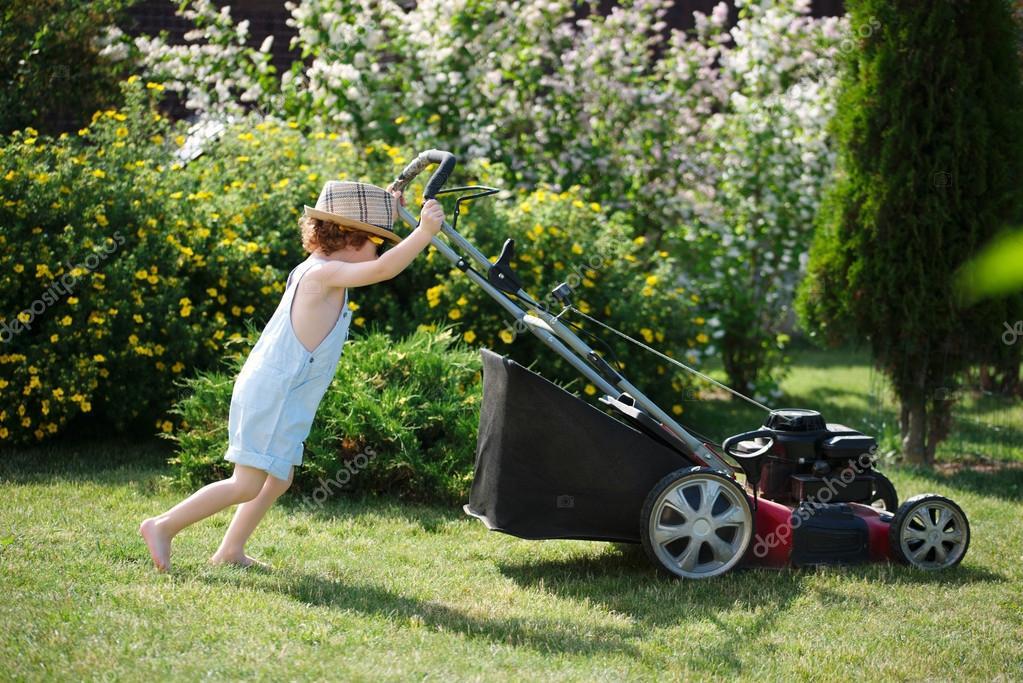 çocukların çim biçmesi